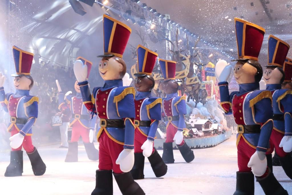 Chegada do Papai Noel no Desfile de Natal que acontece na Expogramado
