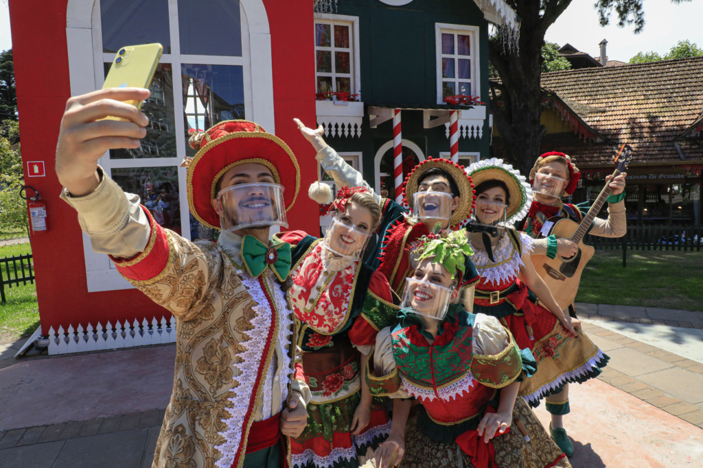 Trupe de Natal seis artistas caracterizados que realizam apresentações no Natal Luz de Gramado