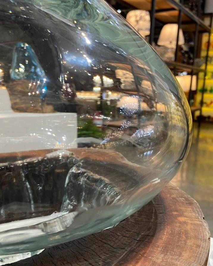 Detalhes do nó de pinho com a peça de cristal artístico sobre a madeira na coleção Elementos