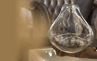 Peça da coleção Elementos, onde o vaso de cristal artístico foi moldado sobre o nó de pinho, assumindo os contornos da madeira..