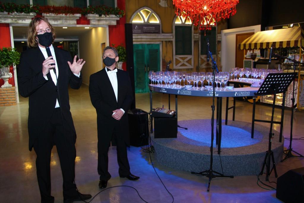 Heitor Knorst e Julio Cesar Wagner falando sobre os desafios da Voz do Cristal no evento de lançamento para colaboradores.
